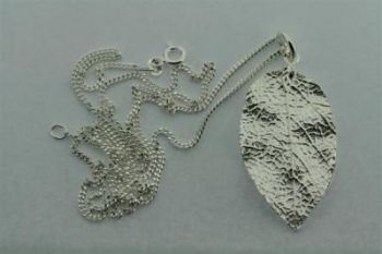 large textured leaf pendant on 60 cm link chain